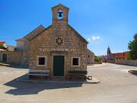 Crkvica Svih Svetih, Pražnica, otok Brač slike