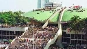 http://www.sibarasok.net/2013/09/penyebab-terjadinya-reformasi-indonesia.html