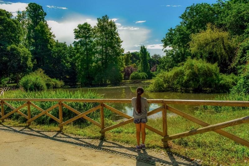 Menina num parque