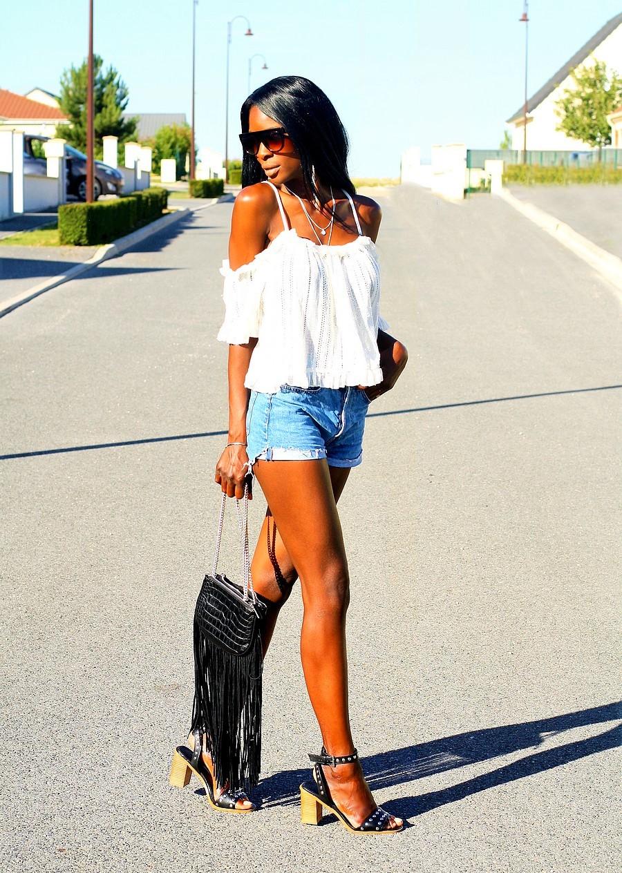 sac-frange-short-jeans-top-epaules-denudees-sandales-clous