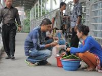 Miris, Dulu Di Puja Puja, Artis Ini Kini Berjualan Di Jembatan Penyeberangan