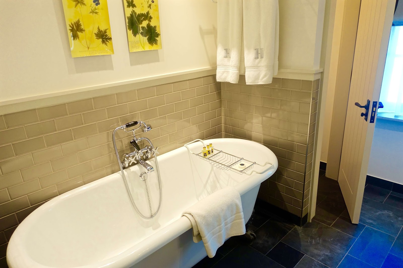Superior rooms with free-standing bathtub at Hurley house hotel