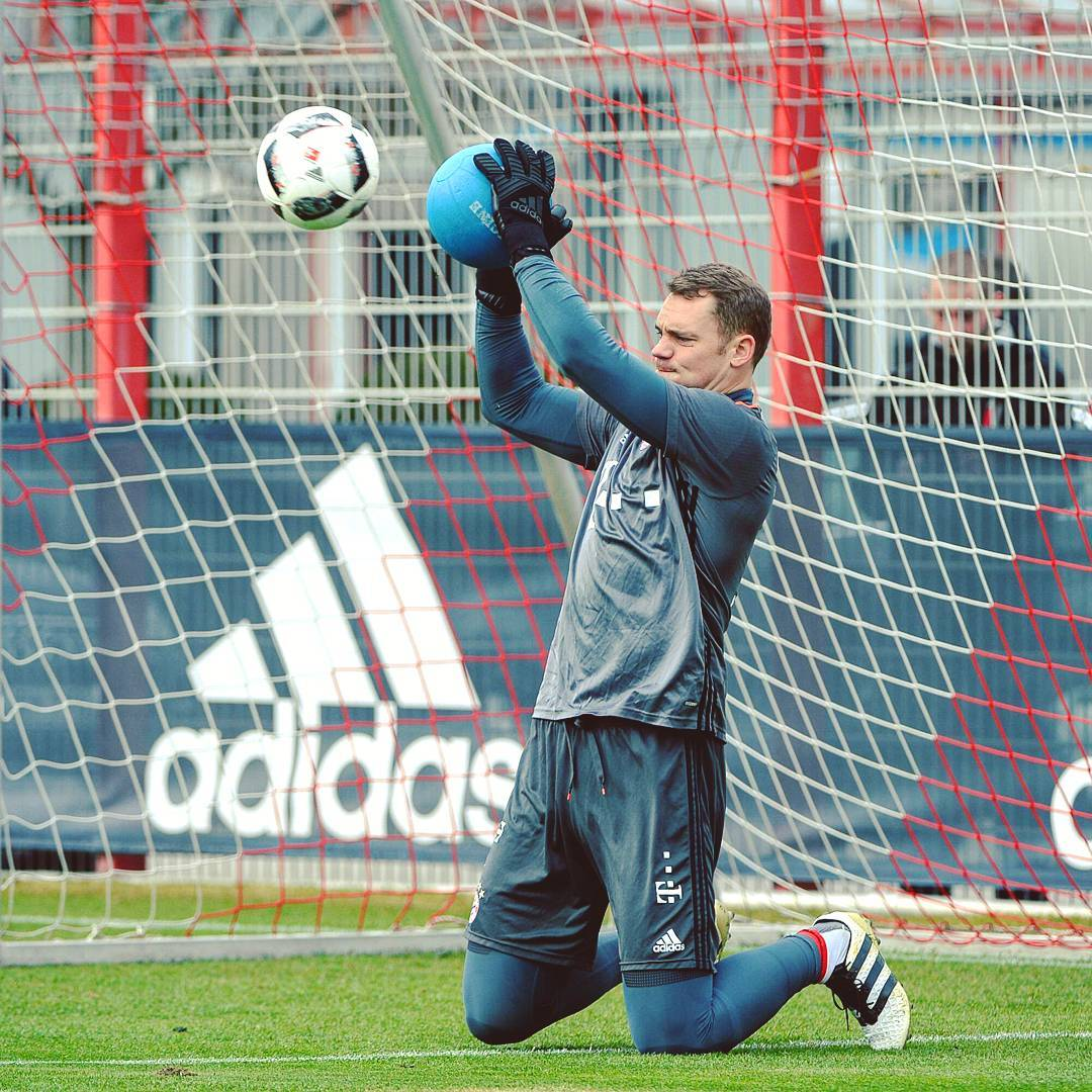 Manuel Neuer fers First Look at Next Gen Adidas Gloves Footy