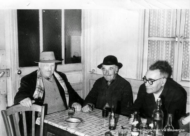Photo noir et blanc, trois anciens à l'auberge.