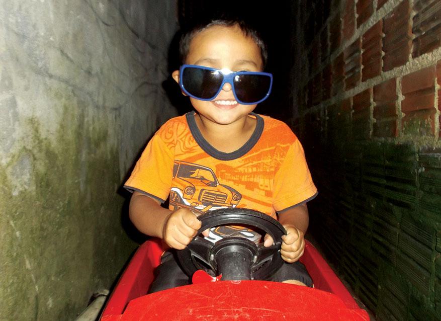 3c5a27e81e999 Um óculos bem grande sobre o rosto miúdo e um sorriso estampado