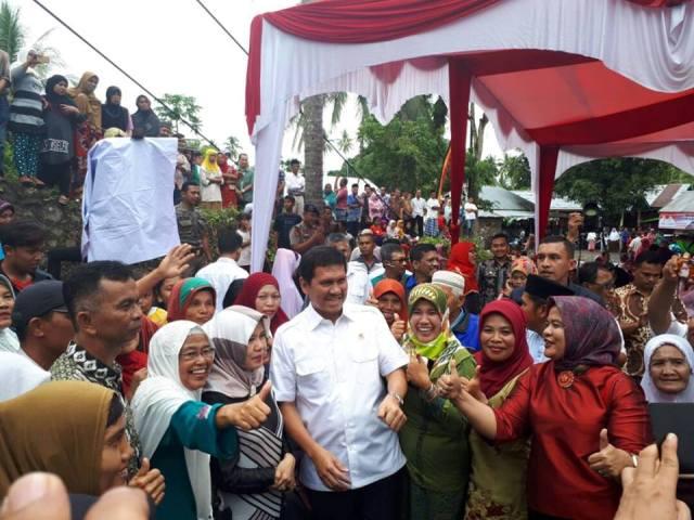 Ribuan Masyarakat Sambut Kehadiran Mentri Asman Abnur Di Kampung Halamannya