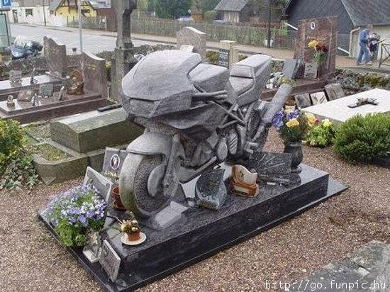 Kuburan Unik Bagi Pembalap Contoh Artikel