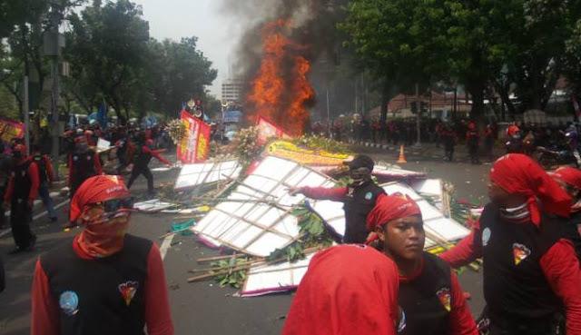Lampiaskan Kekecewaan, Massa Buruh Bakar Karangan Bunga Ahok-Djarot