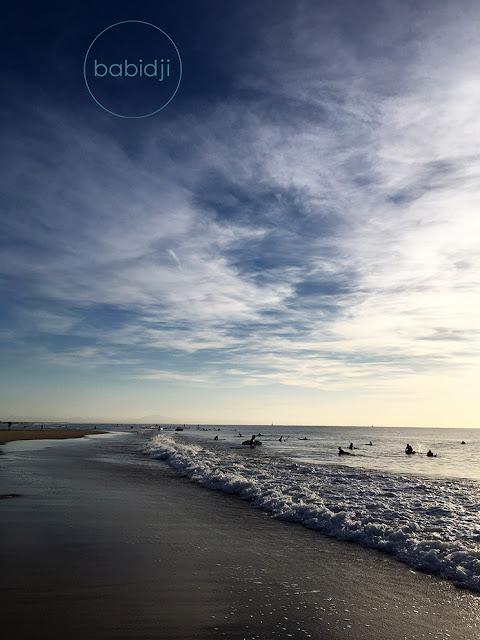 vue sur des surfeurs et  l'océan atlantique au coucher du soleil à Seignosse