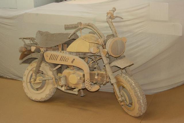 Điển hình như chiếc xe máy các tông này, nó đã ngốn tới hơn 3 tháng thực hiện
