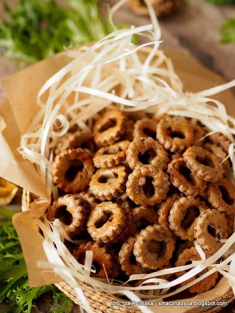 ciasteczka grzybowe, ciastka wytrawne, krakersy o smaku grzybowym, do schrupania, przekaska do piwa, ciasteczka imprezowe, domowe chrupadelka, chrupadelko, grzyby lesne, grzybki