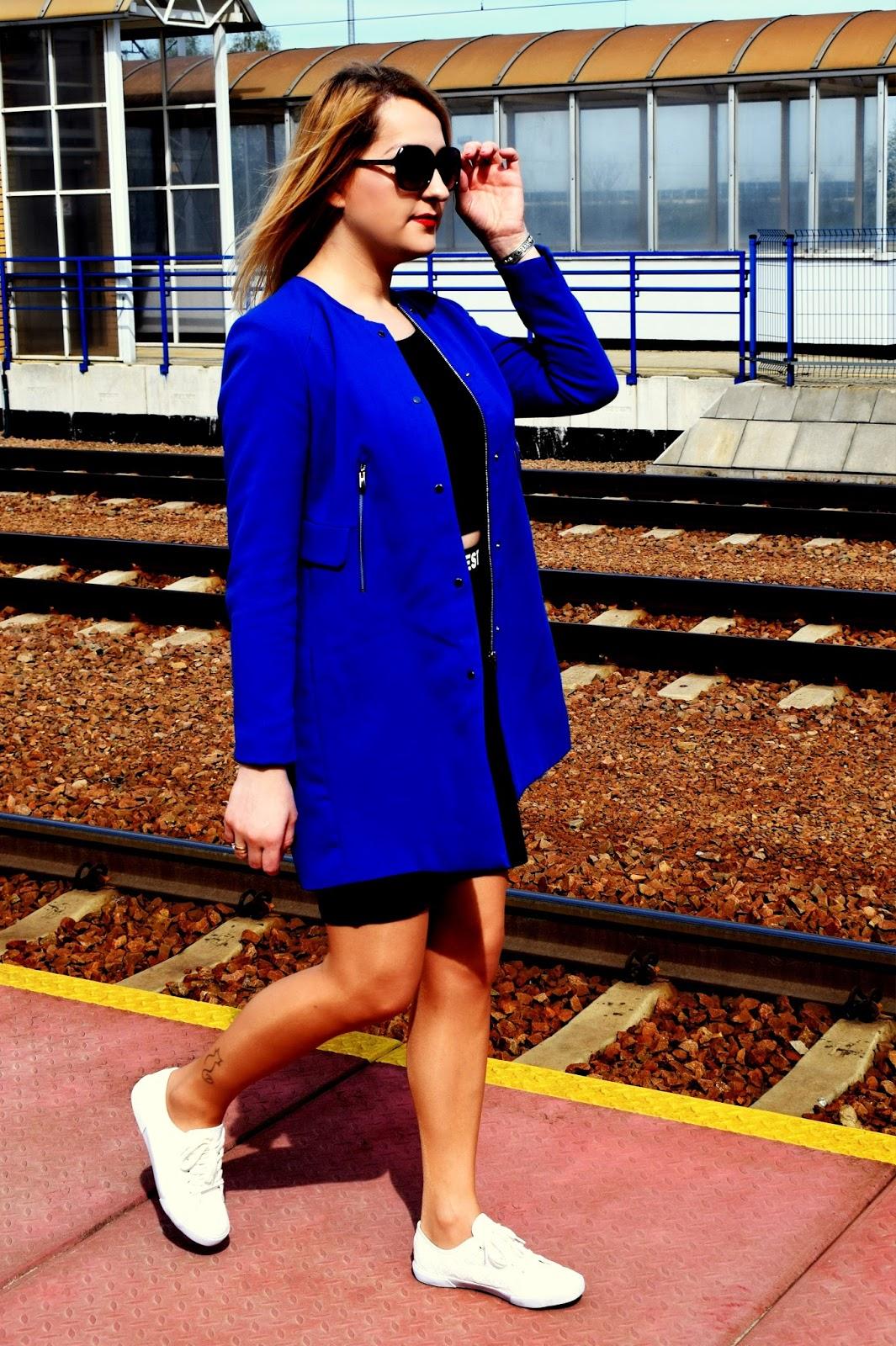 Niebieski płaszcz w wersji na sportowo