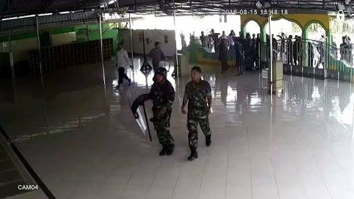 Tni AU Medan masuk masjid