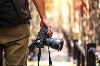 hombre con cámara de fotos para cubierta de novela romántica