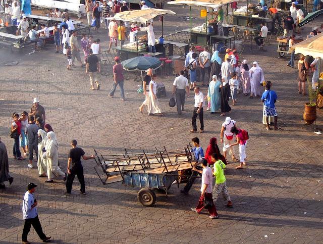Ludzie na Jemaa El Fna w Marrakeszu