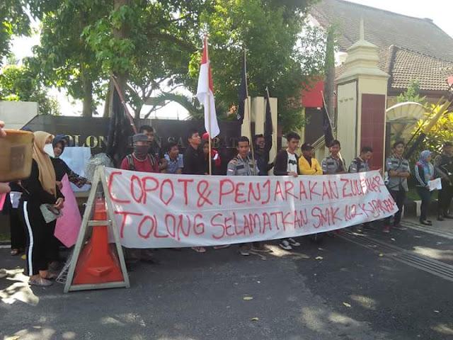 Aksi unjukrasa menuntut kasus dugaan korupsi di SMK Negeri 2 Kisaran ditangani kejaksaan dan polisi.