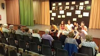 Alumnes i usuaris al teatre de l'escola