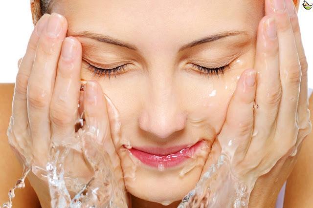 أفضل الخلطات لتنظيف الوجه في المنزل وهي تحتوي على مكونات طبيعية مفيدة للبشرة.ولتجنب استخدام المواد الكميائية المضرة الموجودة في منظفات الأخرى.