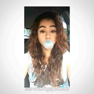 Foto Cute Sahila Hisyam selfie makan permen karet