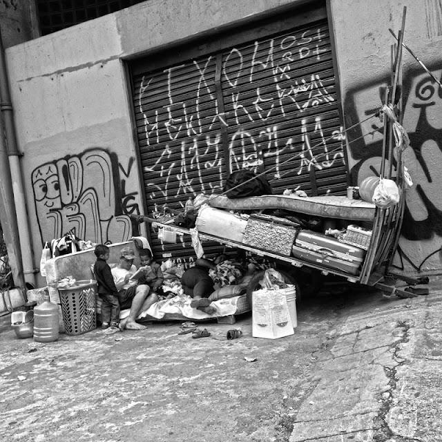 """Entre a chamada """"nova classe média"""", ou classe C, o desejo é ainda maior: 57,6%. Entre as classes D e E, o percentual, por incrível que pareça, cai para 27,2%. Por que será? Ora, porque para quem é pobre no Brasil ter uma casa própria é um sonho praticamente impossível. Como é que uma pessoa que não tem nem o que comer direito pode sonhar em COMPRAR uma casa para morar? Segundo a PNAD (Pesquisa Nacional por Amostras de Domicílios) de 2013, 17,9% dos domicílios brasileiros são imóveis alugados, enquanto 7,4% são imóveis """"cedidos"""" ou, como se diz, ocupados por pessoas que vivem """"de favor"""". Só em São Paulo existem, de acordo com o último censo da prefeitura, cerca de 16 mil pessoas morando nas ruas. Fica difícil acreditar que pessoas sob estas condições consigam ter algum sonho de consumo e muito menos que este sonho seja adquirir uma casa própria. A direita dirá que lhes faltou """"esforço"""" para tal, embora na maioria dos casos sejam pessoas excluídas há várias gerações. A Organização das Nações Unidas apresentou em março um relatório que afirma que o número de pessoas sem-teto está aumentando no mundo inteiro, em vários países, independentemente do grau do desenvolvimento ou da economia. """"O aumento do número de sem-teto é evidência da falha dos Estados em proteger e garantir os direitos humanos das populações mais vulneráveis"""", disse Leilani Farha, relatora especial da ONU para o direito à moradia."""