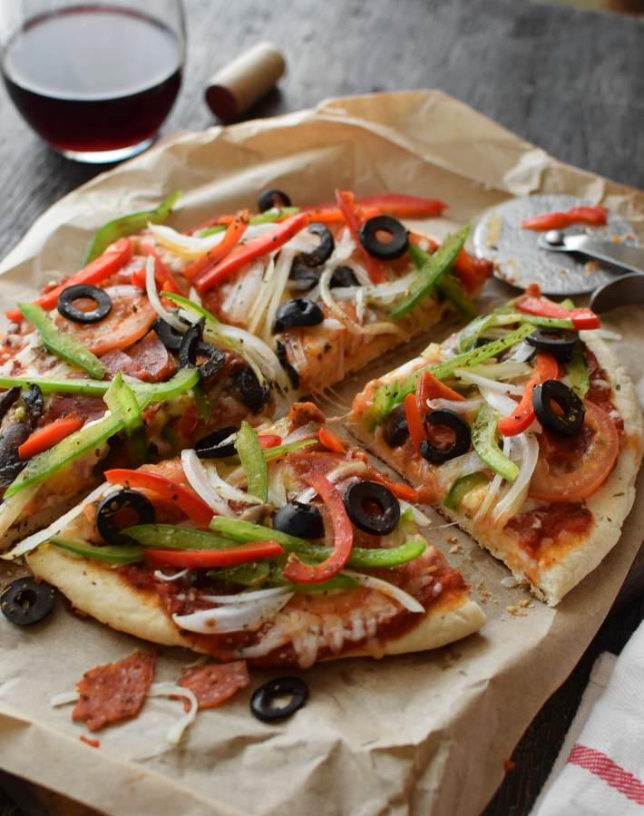 Pizza sin levadura y sin horno. La masa se hace con harina leudante y se agregan los ingredientes deseados para la cubierta