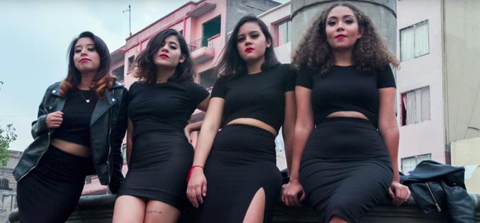 كُنّ يرتدين ملابس قصيرة .. 4 فتيات وضعن كاميرا خفية وصوّرن لحظة تعرضهنّ للتحرش!!