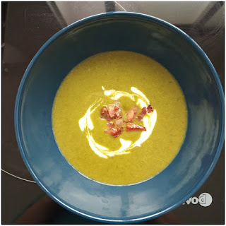 Foto del emplatado donde se ve el cuenco con la crema, con un dibujo en la superficie hecho con el yogur y el bacon decorando