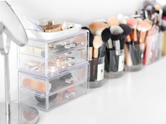 kosmetický stolek a štětce na makeup blogerka elbeautyblog