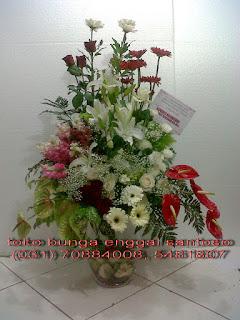rangkaian karangan bunga meja vas kaca mewah dan special untuk ucapan ulang tahun