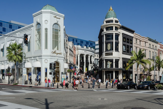 Buildings at North Rodeo Drive%252C Beverly Hills%252C West view 20110806 1 - Jalanan Di Dunia Yang Paling Oke Buat Kamu Yang Hobi Shopping