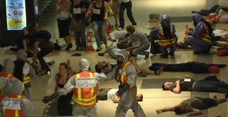 """Se dificultam o acesso à pólvora e a explosivos plásticos, criam bombas a partir de produtos de limpeza. Se colocam substâncias químicas na lista de produtos controlados, explodem carros ao lado de mercados, escolas e construções. Se criam cordões de isolamento para proteger edifícios, arremessam aviões. Se aumentam a segurança nos aeroportos, atacam baladas. Se controlam a entrada de pessoas suspeitas em locais fechados, atropelam pessoas na rua com um caminhão por dois quilômetros, matando mais de 80 delas, muitas das quais crianças.  O atentado terrorista em Nice, na França, ocorrido nesta quinta (14), durante as comemorações do feriado da Queda da Bastilha, esconde uma verdade incômoda. A chamada """"guerra ao terror'' não foi, não é e nunca será efetiva no seu intuito. Pelo contrário, tem contribuído em ajudar a inventividade humana a encontrar, diante de inócuas proibições, diferentes formas de matar em massa seus semelhantes."""