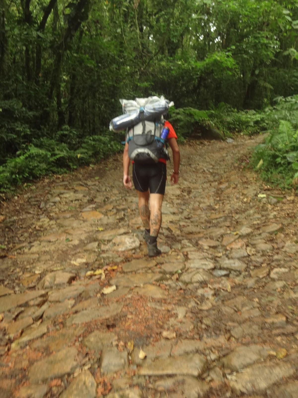 """Subimos carregados - Subindo a trilha para Camping Marumbi - Coluna DE ROLÊ – 7 dicas para camping no Marumbi por um viajante de experiência """"mediana-pra-boa"""" – por THIAGO GAVA"""