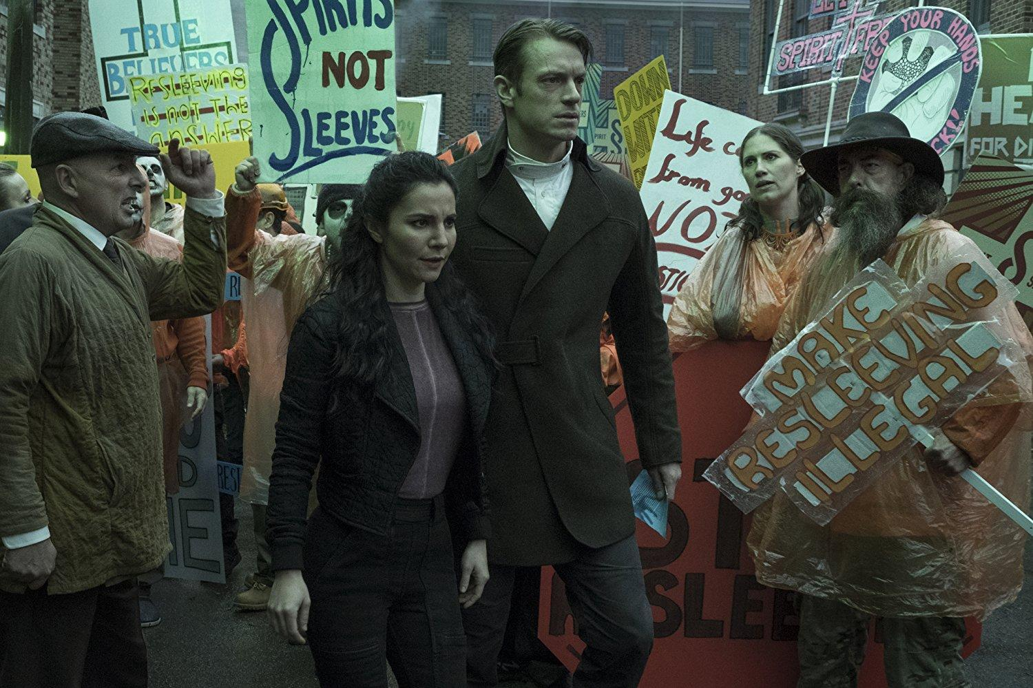 Martha Higareda y Joel Kinnaman en Altered Carbon