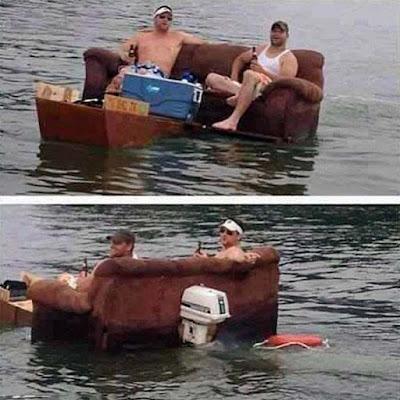 Männer im Sommer trinken Bier auf schwimmendem Sofa - Seefahrt lustig