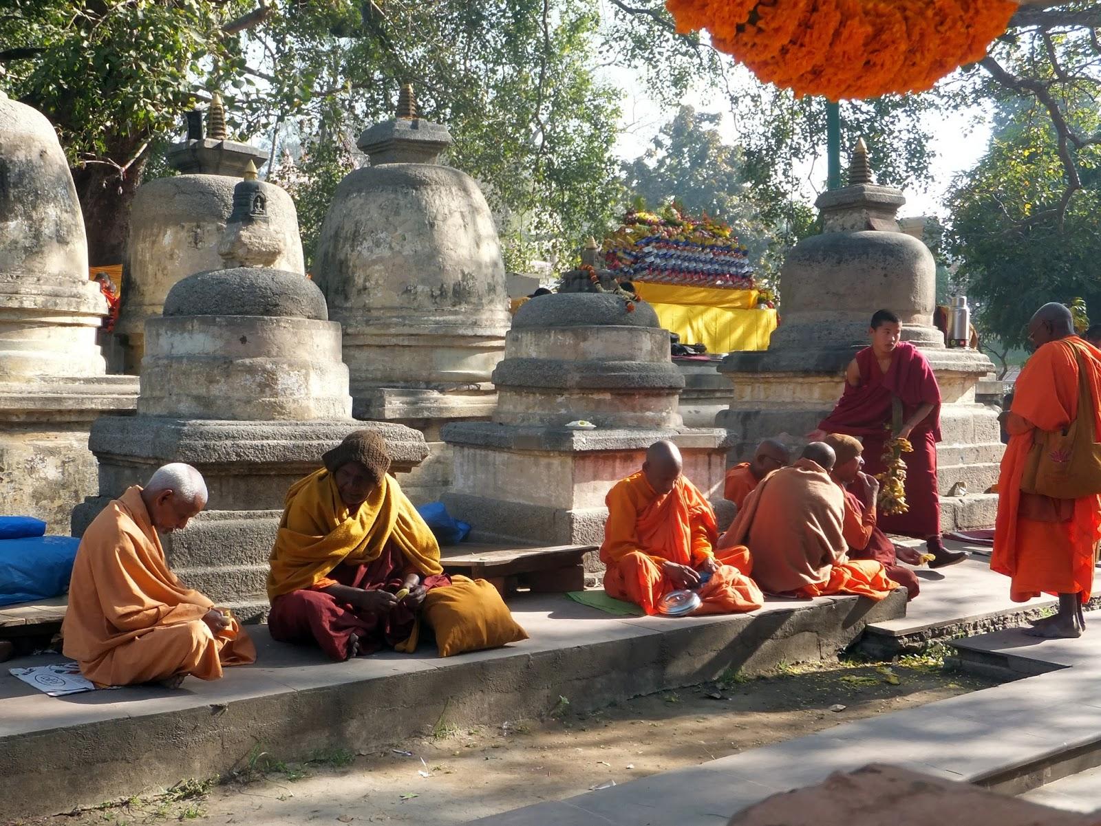 монахи на территории храма Махабоди в Бодхгае