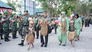Dirangkul Jenderal, Prajurit TNI di Papua MenangisKunjungan KSAD Jenderal Mulyono ke Timika. (Wilpret Siagian/detikcom)