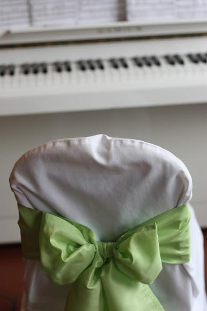 Klaviermusik, Frühlingsdekoration Herbsthochzeit mit bunten Wiesenblumen im Hochzeitshotel Garmisch-Partenkirchen Riessersee Hotel Bayern, heiraten in den Bergen