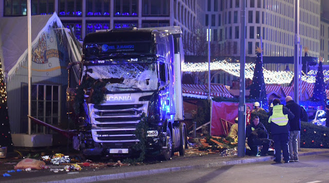 Caminhão invade feira de Natal em Berlim e deixa mortos e feridos