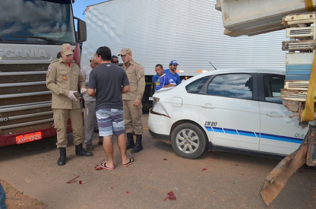 Colisão na BR-364 deixa frente de táxi preso na traseira de caminhão
