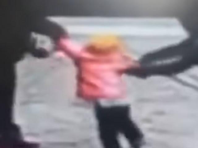 (VIDEO): Hombre lucha contra sujeto que intenta robarse a su hija