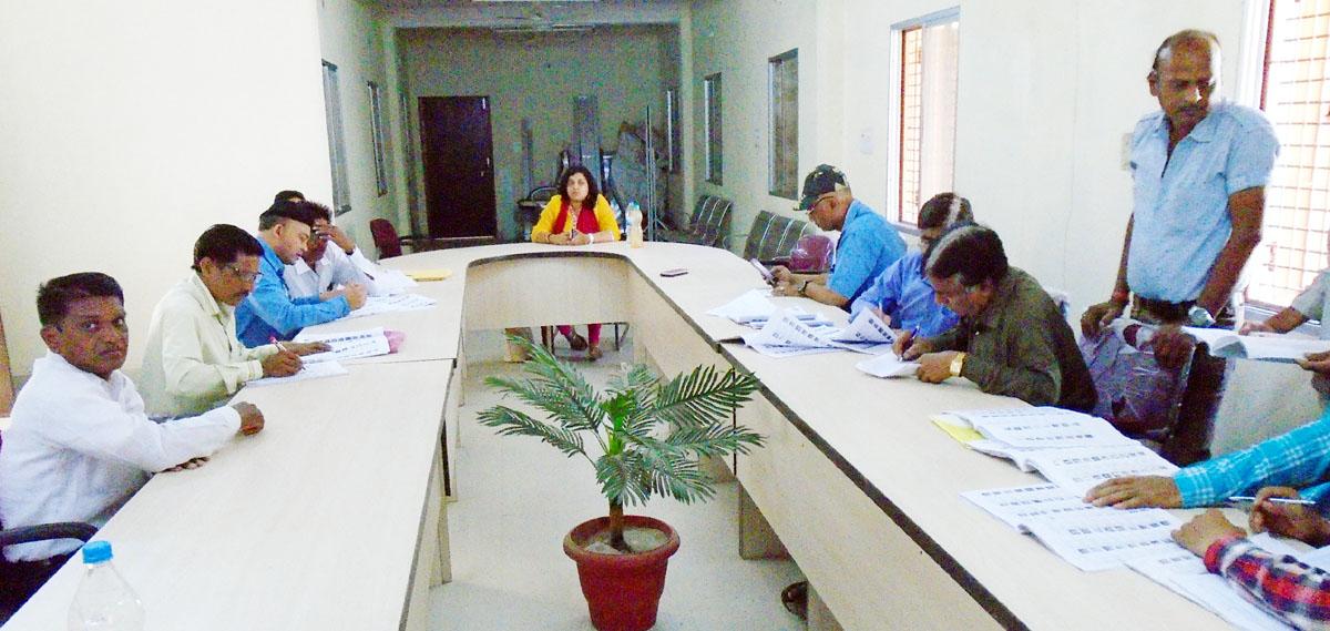 Updating-voter-list-being-directed-by-Tehsildar-Anjali-Gupta-तहसीलदार अंजली गुप्ता के निर्देशन हो रहा मतदाता सूची अपटेड करने का काम