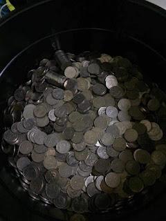 Tudia.. duit syiling abam ni, satu tong besaaq nohhh. agak2 berapa ni haa