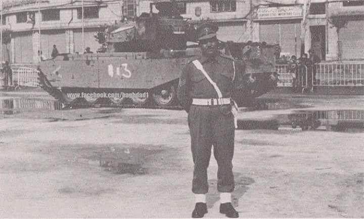 صورة لجندي عراقي بعد استيلاء الجيش العراقي على دبابة اسرائيلية في فلسطين سنة 1948