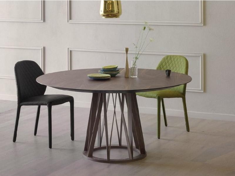 tavolo da pranzo in legno dal design elegante