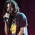 "J. Cole canta ""FRIENDS"" com Daniel Caesar no BET Awards"
