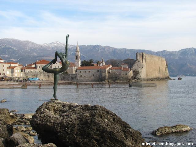Обнажённая балерина у моря - символ Будвы