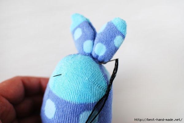 змягкая игрушка из носка для начинающих, мягкая игрушка из носка выкройки и схемы, мягкая игрушка из носка своими руками, мягкая игрушка из носка кошка, мягкая игрушка из носка своими руками заяц, мягкая игрушка из носка фото,  как сделать мягкую игрушку из носка, как сделать кошку из носка, как сделать зайца из носка, айчик, из носков, из трикотажа, из текстиля, зайчик из носков, для малышей, игрушки мягкие, зверушки, для детей, пасхальные игрушки, пасхальный заяц, шитье, http://handmade.parafraz.space/,Зайчик из носка (МК) http://prazdnichnymir.ru/