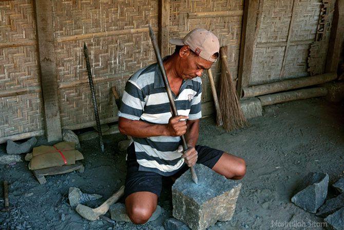 Warga desa Jarum yang menggeluti pekerjaan sebagai pembuat cobek