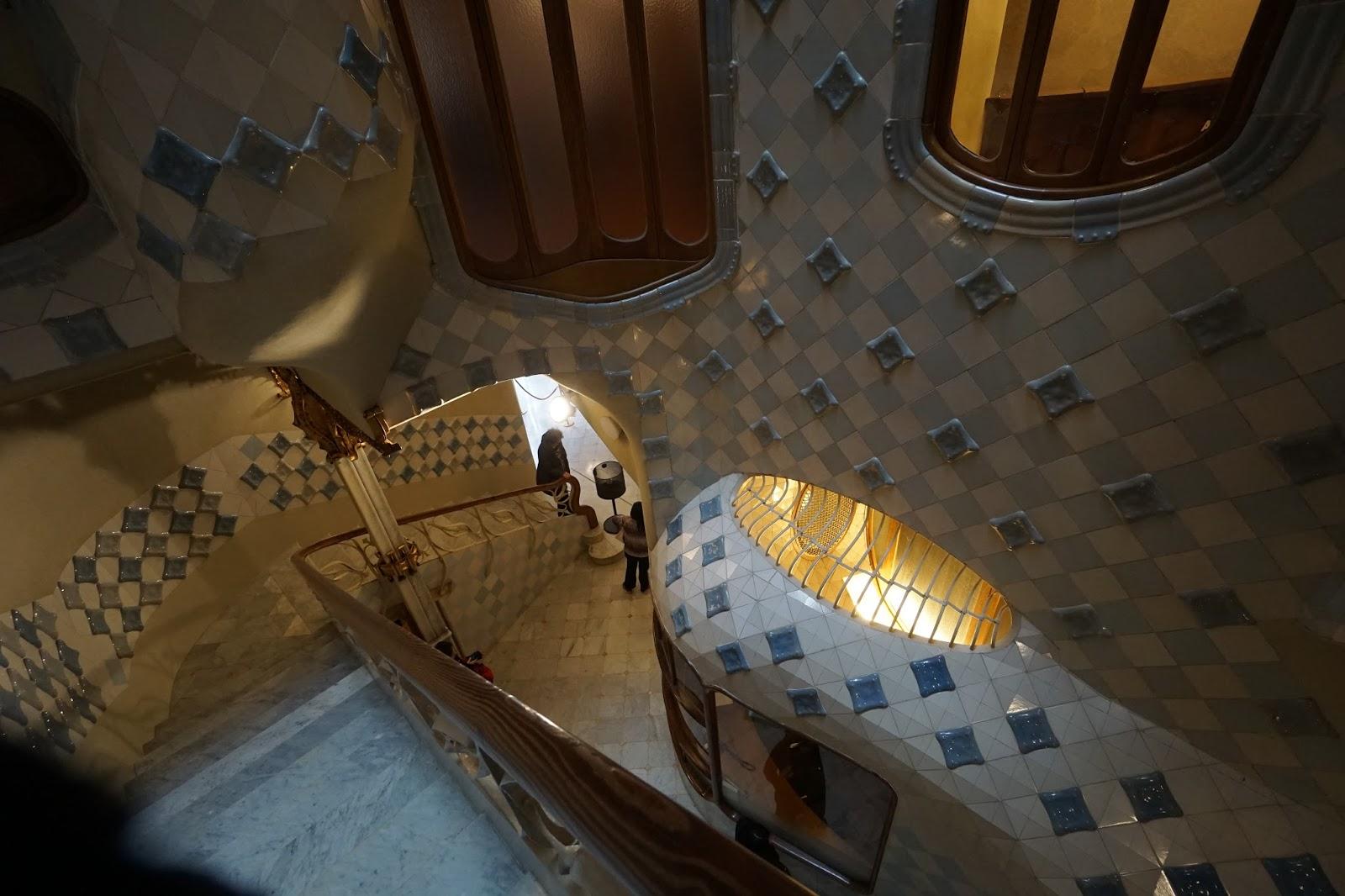 カサ・バトリョ(Casa Batlló) 階段から入口を眺める