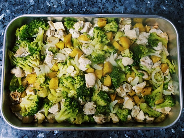 Frango com brócolos e batata doce no forno